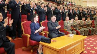 金正恩(中)與夫人李雪主(左)在平壤人民劇院內接受勞動黨幹部歡呼(朝中社2017年9月10日發放圖片)