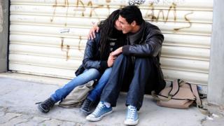 Deux étudiants qui s'embrassent à Tunis