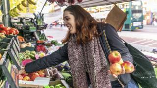 Claudia Neuray comprando fruta