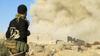 ラマディ奪還は仕掛け爆弾などを避けながら慎重に進められた(写真は27日、ラマディのホズ地区近くで)