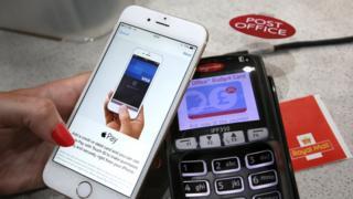 Mulher faz compra com iPhone