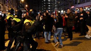 شهدت مدينة روتردام صدامات بين متظاهرين أتراك وشرطة مكافحة الشغب الهولندية