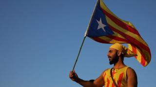 Manifestante com bandeira da catalunha