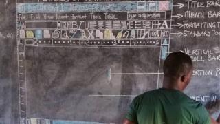 El profesor dibuja en la pizarra la interfaz de uno de los programas de Windows.