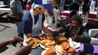 Волонтеры раздают еду бездомным, Лос Анджелес, апрель 2017 года.