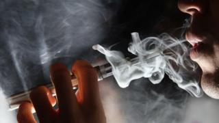 کشیدن سیگار الکترونیکی