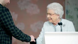 原來女王是為了給新人頒獎而來,今年的時裝周專門設立了伊麗莎白二世大獎,該獎的第一屆獲得者是英國新人設計師理查德·昆尼。