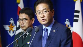 Güney Kore Savunma Bakanı Suh Choo-suk basın toplantısı yapıyor