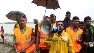 Các quan chức của Chương trình chuẩn bị lốc xoáy (CPP) kêu gọi mọi người sơ tán khỏi nhà để chuẩn bị cho cơn bão Bulbul ở Khulna vào ngày 9 tháng 11 năm 2019
