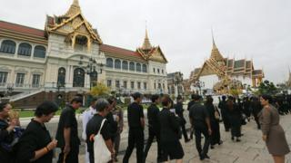 Thai mourners wearing dark clothing line-up to pay tribute at the Grand Palace in Bangkok, Thailand, 29 October 2016