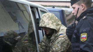 Українського моряка виводять з суду російські силовики