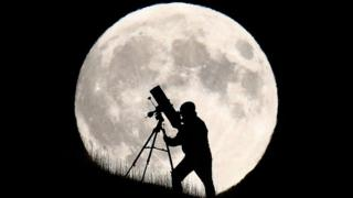 La Luna y un hombre con telescopio.