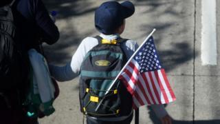 Niño camino hacia la frontera entre México y Estados Unidos