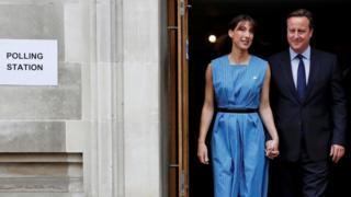 投票所のキャメロン首相夫妻(23日)