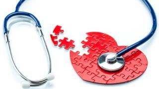 Un corazón en puzzle con un oscultómetro.