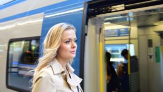 Joven subiendo a un tren en Suecia