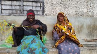 Wanawake wakifunga kamba kwa ajili ya kulimia mwani Zanzibar
