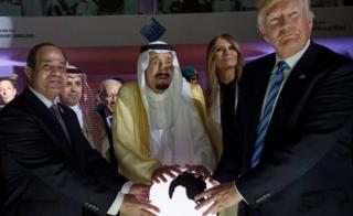 特朗普(右一)、特朗普夫人梅拉尼婭(右二)、沙特國王薩勒曼(中)與埃及總統塞西(左)在利雅得出席國際反極端思想中心開幕典禮(21/5/2017)
