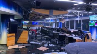 Los destrozos dentro de un estudio de televisión de un canal local en Anchorage.