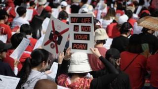 Mujeres protestan contra la pornografía hecha con cámaras ocultas en lugares públicos en Corea del Sur.