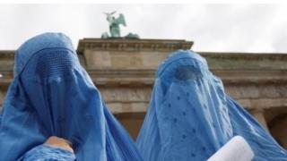 Burka giyen kadınlar