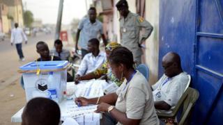 Des agents électoraux tchadiens - archives