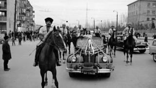 مردم در حال جشن بهاری باکو