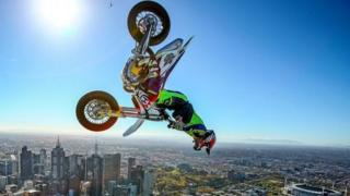 شرکت کننده ای سوار بر موتورسیکلت در مسابقات جهانی که در ملبورن استرالیا برگزار شد، حرکاتی را به نمایش گذاشت