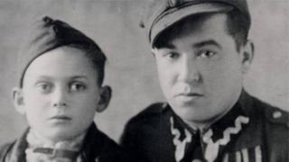 थॉमस को 11 साल की उम्र में नाज़ी यातना कैंप से छुड़ाया गया, यहां थॉमस उस जवान के साथ नज़र आ रहे हैं जिसने उनके यहूदी होने का पता लगने पर उन्हें एक अनाथाश्रम पहुंचाया