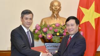 Phó Thủ tướng, Bộ trưởng Ngoại giao Phạm Bình Minh trao quyết định bổ nhiệm Trợ lý Bộ trưởng cho ông Nguyễn Minh Vũ năm 2017