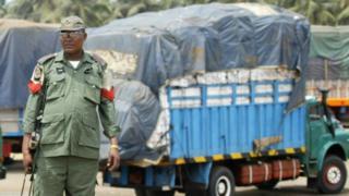 Nigeria Police dey patrol