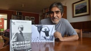 Escritor Omar Zevallos frente a su libro de Hemingway