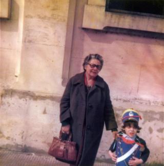 Mujer acompaña a un niño que está disfrazado