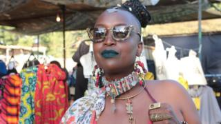 This woman wears African jewellery at the same event.