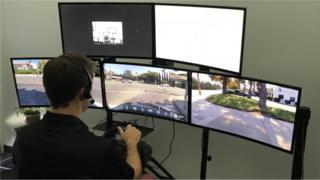 Homem com monitores