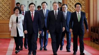 문재인 대통령이 18일 청와대 본관에서 열린 '정당 대표 초청 대화'에 앞서 여야5당 대표와 나란히 걷고 있다.