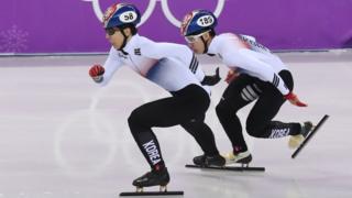 평창동계올림픽 쇼트트랙 스피드 스케이팅 선수 황대헌(왼쪽)과 임효준(오른쪽)이 500m 결승 경기에서 결승선을 향해 질주하고 있다