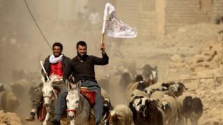 غیرنظامیان در بزوایا که دوشنبه پس گرفته شد به سوی نفرات ارتش می آیند