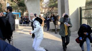 اعتراضها مقابل دانشگاه تهران در روز نهم دی ماه