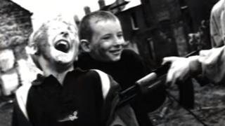 Imagen del video de Zombie de The Cranberries. (Foto: Youtube)
