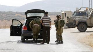 Israeli soldiers search a car near Nablus (02/10/15)