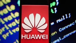 澳大利亚前总理马尔科姆·特恩布尔告诉BBC,为什么澳洲政府禁止中国电信巨头华为和中兴向该国的5G网络提供设备。 华为被指为中国监视西方,但华为强烈否认这一指控。