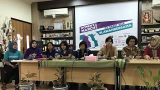 Komisioner Komnas Perempuan Mariana Amiruddin (ketiga dari kanan) dalam konferensi pers Women's March di Jakarta, Kamis (01/03).