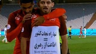 یک روز پس از مهدی ترابی، فدراسیون فوتبال نیز شعار مشابهی را در بازی استقلال و سایپا به نمایش گذاشت