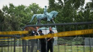 Поліція охороняє пам'ятник генералу війська конфедерації південних штатів Роберту Лі через день після мітингу в Шарлоттсвілі, штат Вірджинія