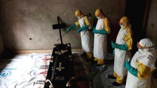 Abashingura abahitanywe na Ebola baratewe amabuye n'abanyagihugu batizera abakozi bagomowe gufasha mu kiza ca Ebola