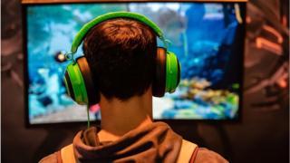 الألعاب الإلكترونية هوس يشغل عن العمل