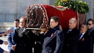 Гроб Франко несут его потомки