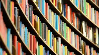Книжки на полицях в бібліотеці