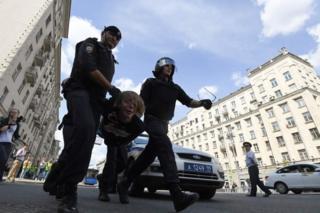 Polis etirazçını saxlayır